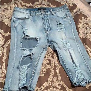 Bermuda distressed shorts